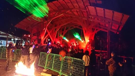 キャンプ場イベント焚き火と演奏